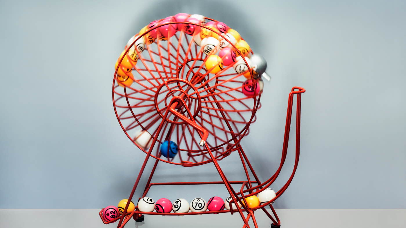 Rosa bingohjul med fargerike baller