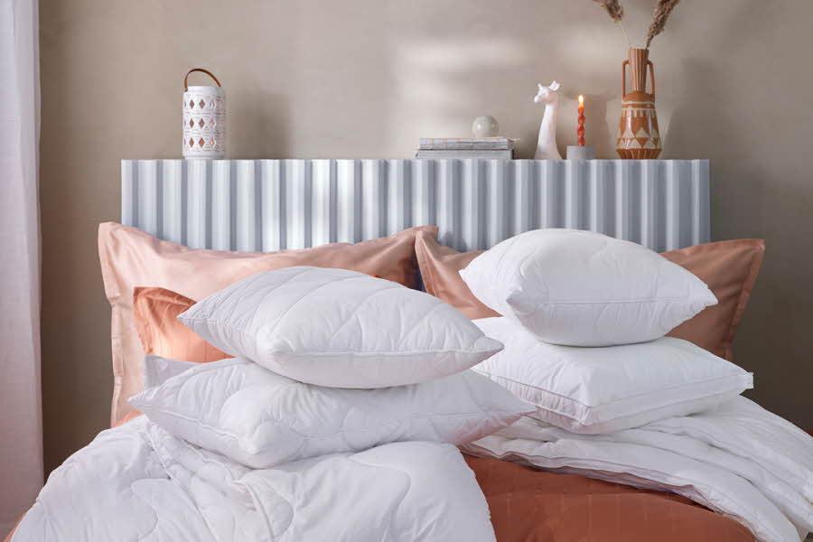 Dyner og puter ligger i en seng