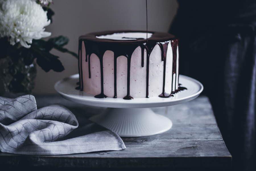 Kake med rennende sjokolade over står på et kakefat