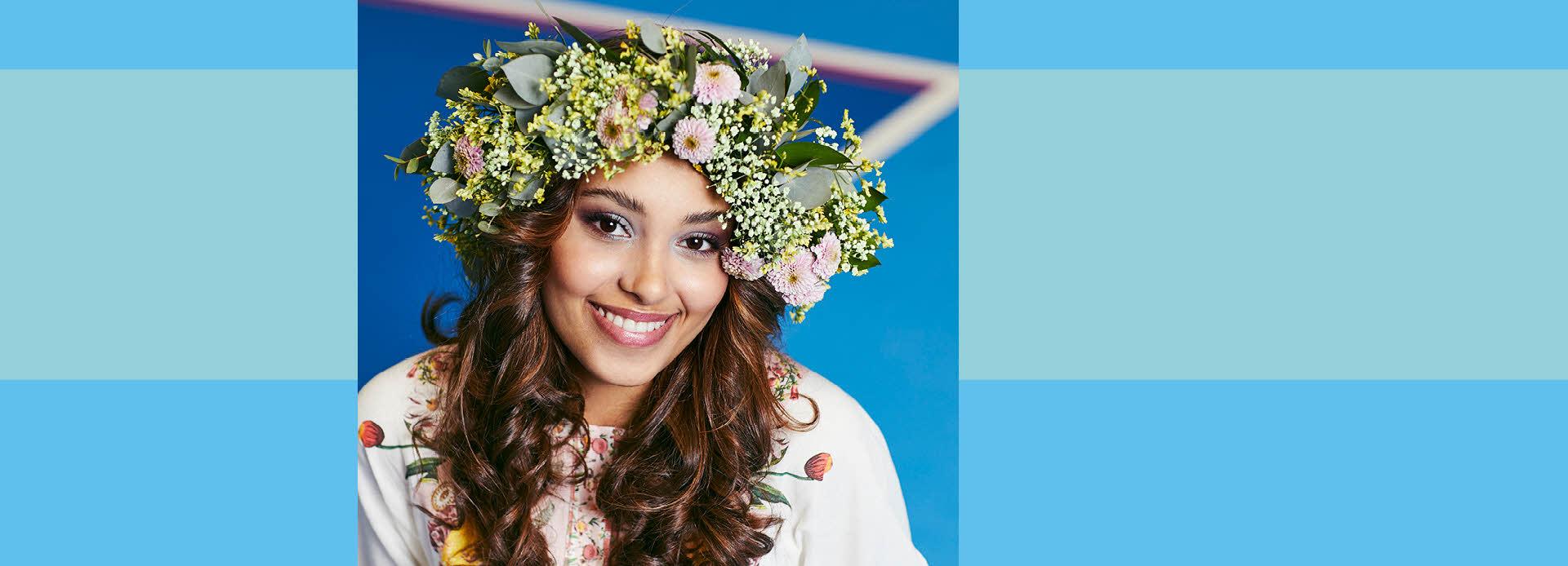 jente med blomsterkrans på hodet