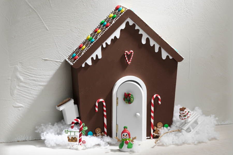 Gingerbread house med figurer foran