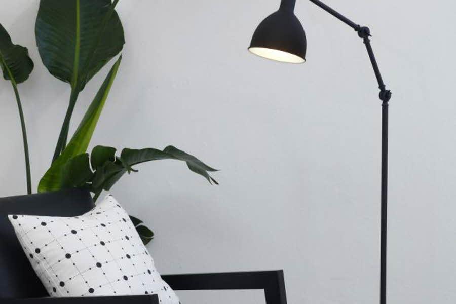 Lampe lyser på en stol
