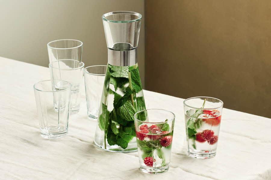vannmugge og vannglass på bord
