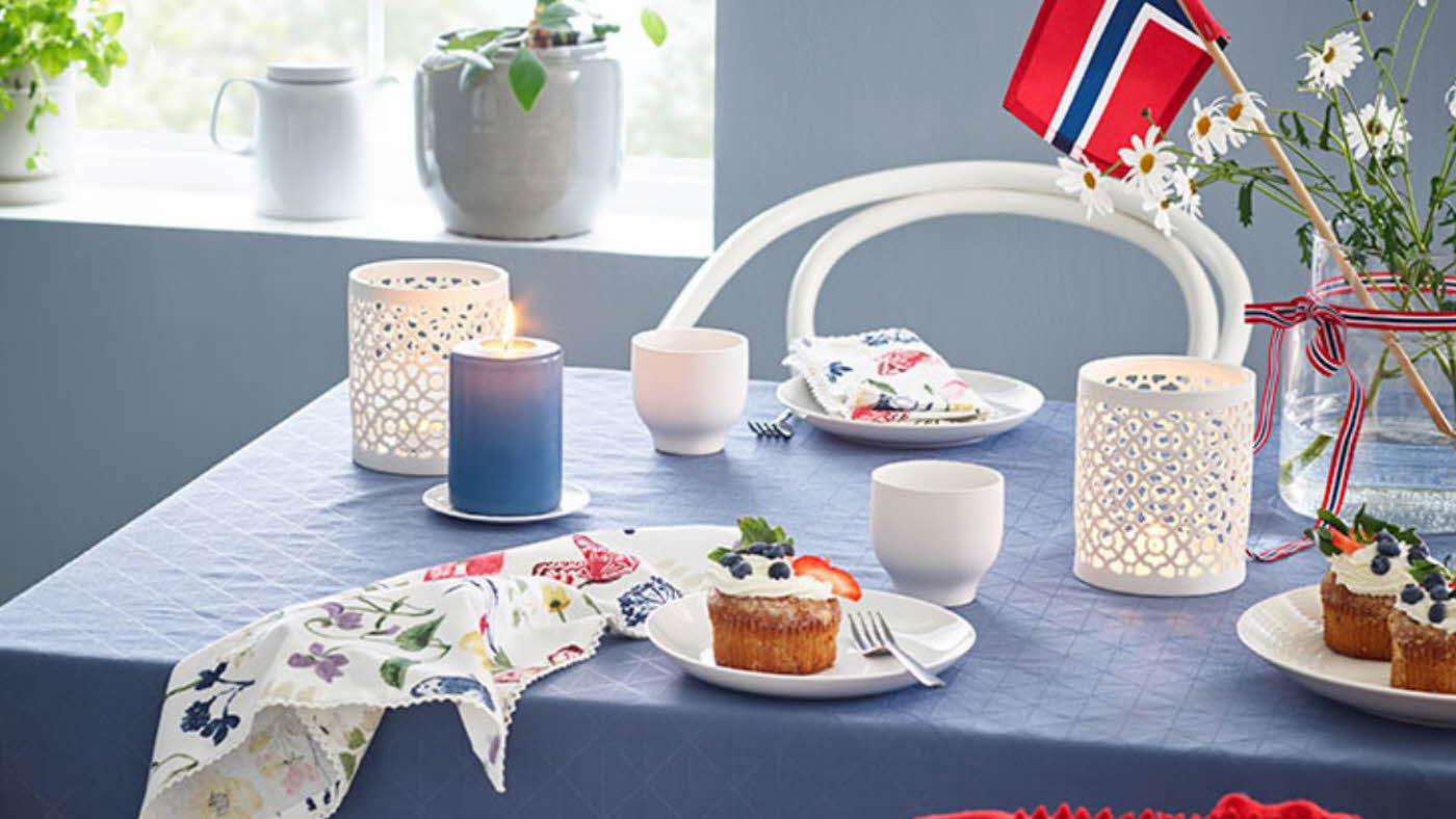 Dekket bord til 17. mai, blå duk, telys og tallerken