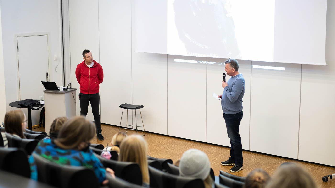 to menn holder foredrag
