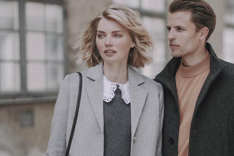 Mann og dame står ute i jakke og kåpe