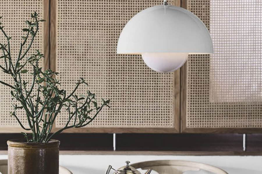 Lampe henger over et bord