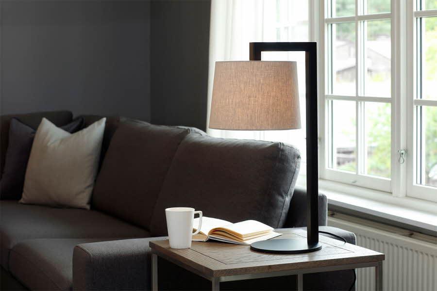 Lampe står på et bord