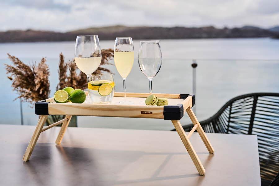 Glass står på et bord ved sjøen