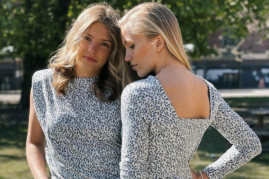 To damer i hvit og svarts mønstret kjole