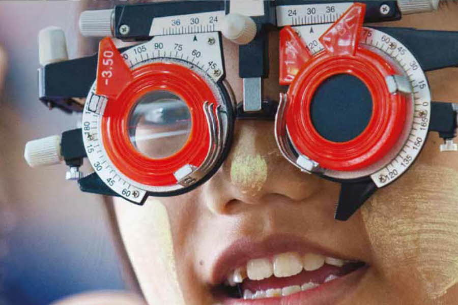 Barn med synstest-brille