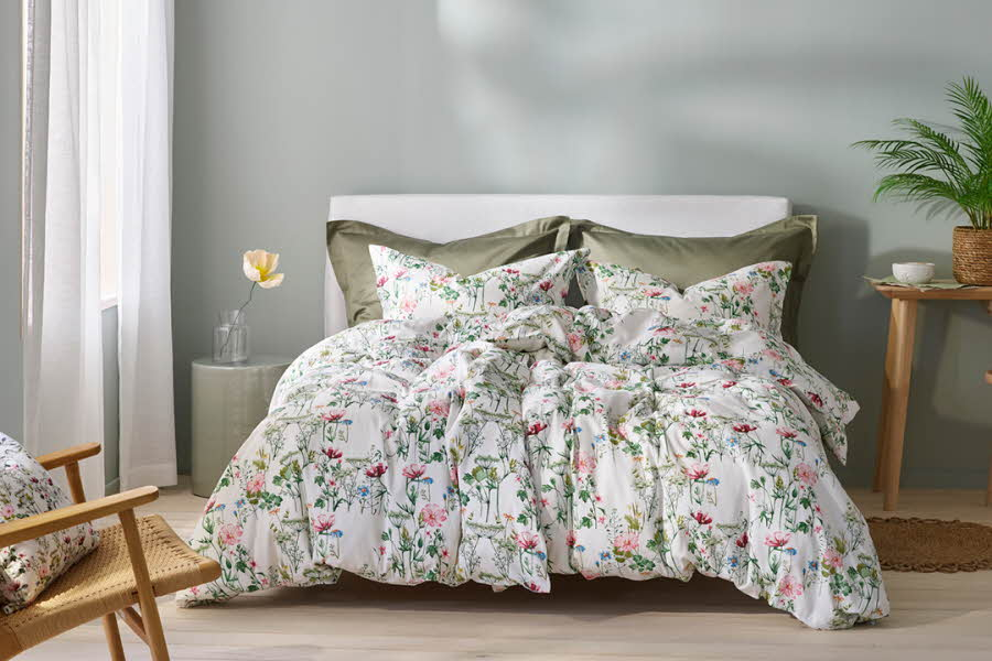 Dyner og puter ligger på en seng