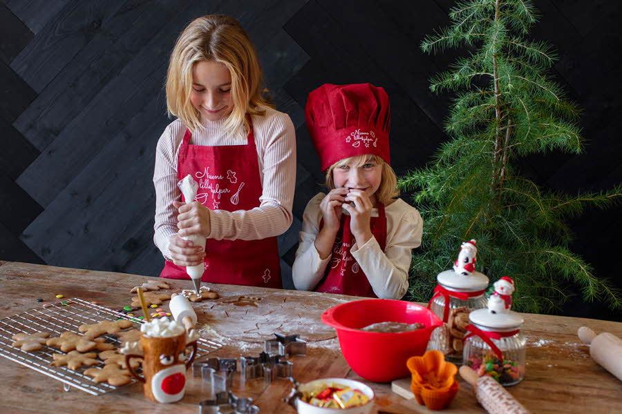 To barn står å baker til jul