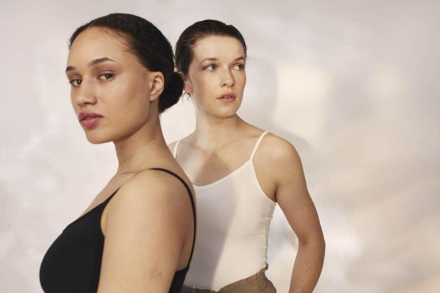 To damer i strap topper foran vegg