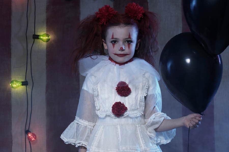 Jente har kledd seg ut som en skummel klovn