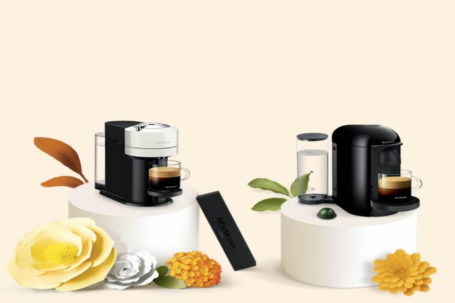 to kaffemaskiner, planter ligger rundt dem