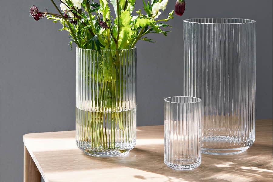 Ulike vaser, en vase med blomster i
