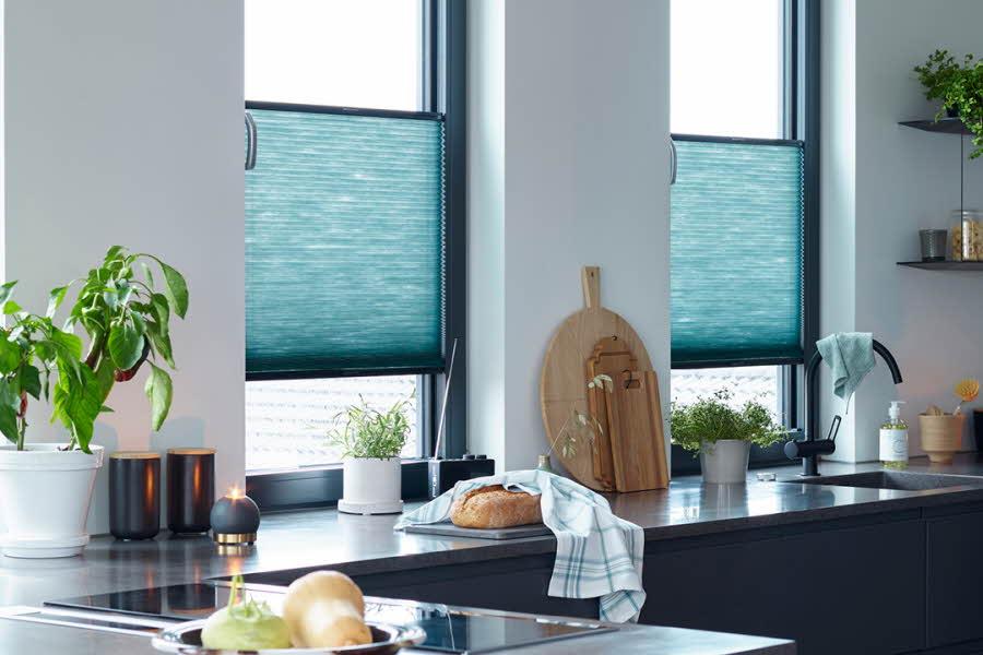 Kjøkken med solskjerming foran vinduene