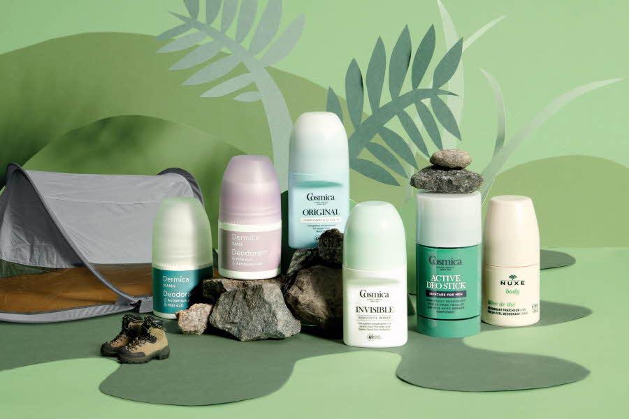 Deodoranter stilt på foran grønn vegg