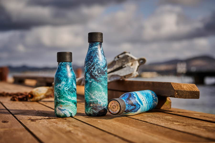 Vannflasker med mønster av havet på