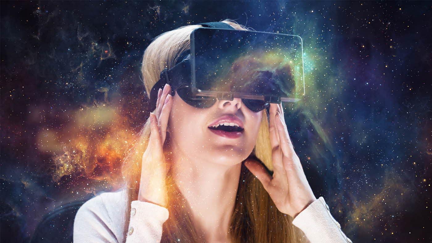 Jente med VR-briller