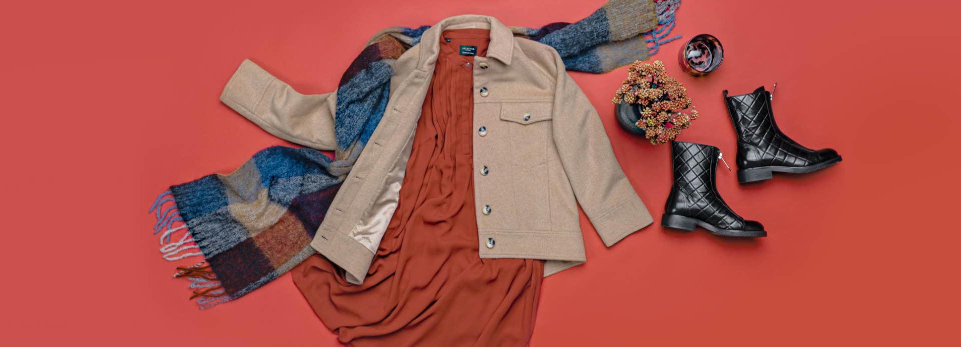 Kjole, støvler, jakke og skjerf