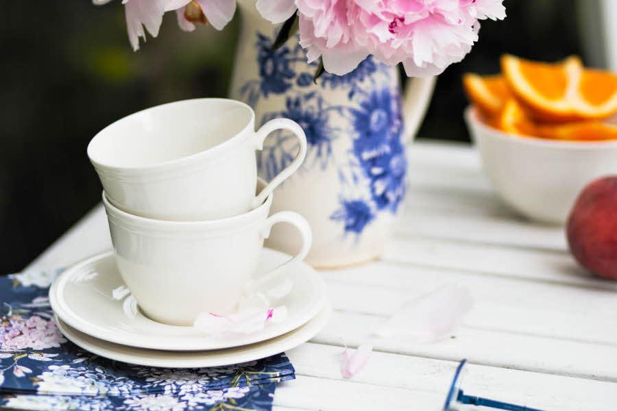 Kaffekopper står på et bord
