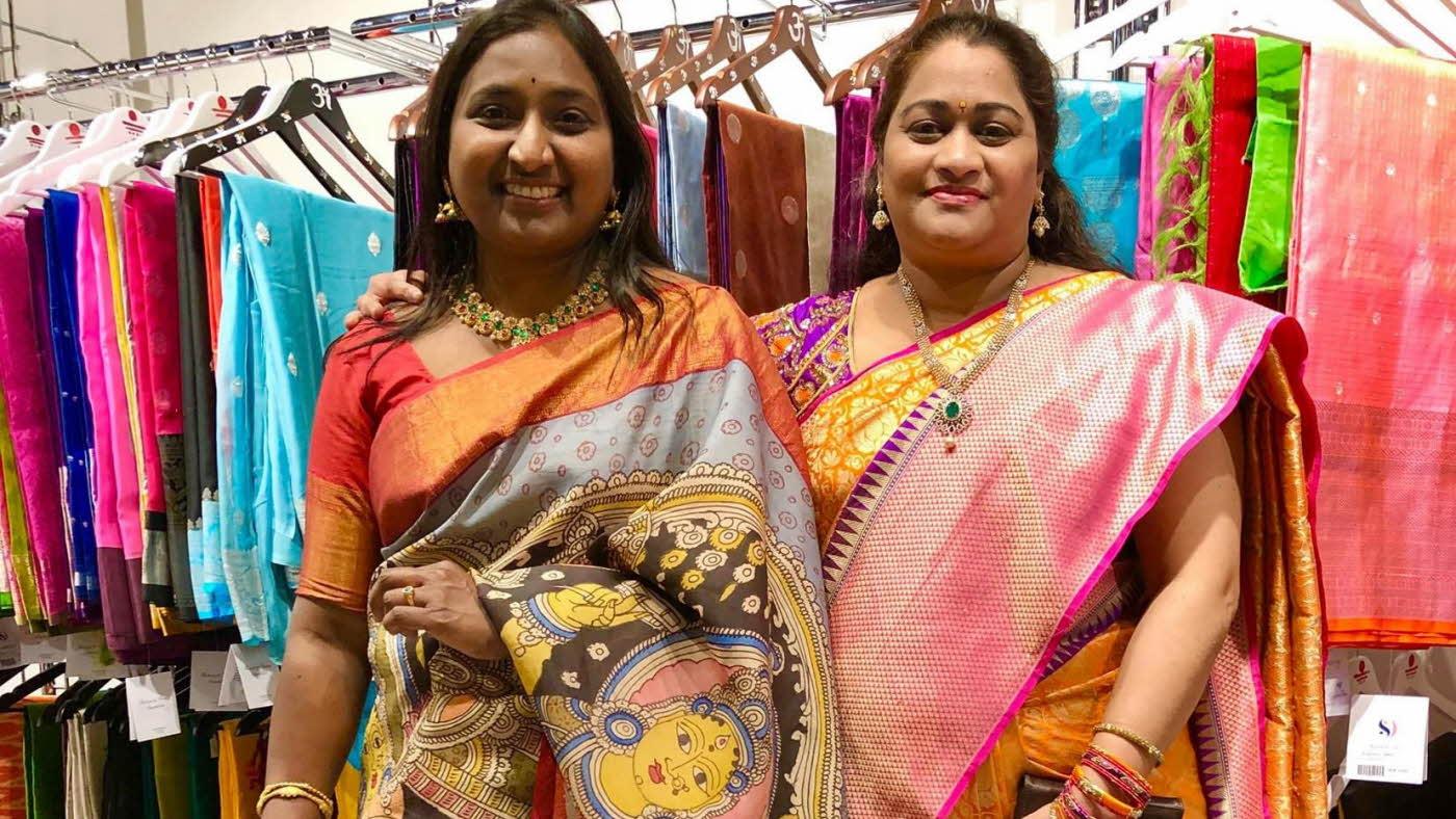 smilende damer i sari