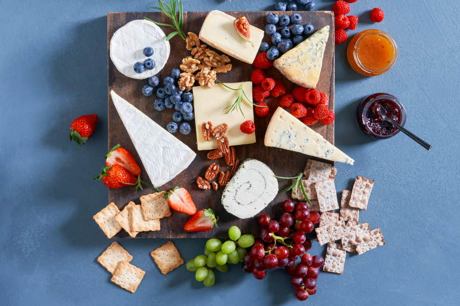 Ulike ferske oster på en fjøl