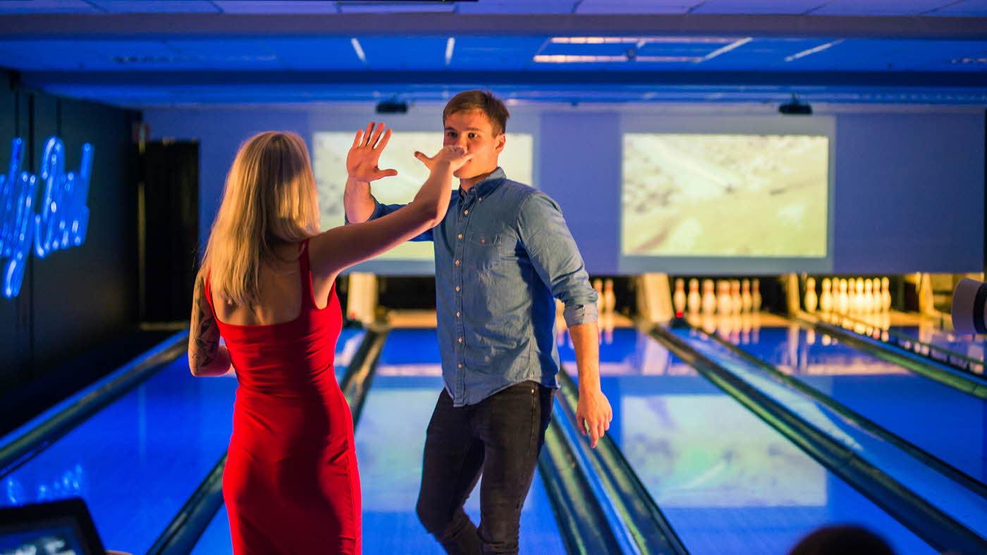 Dame og mann tar high-five