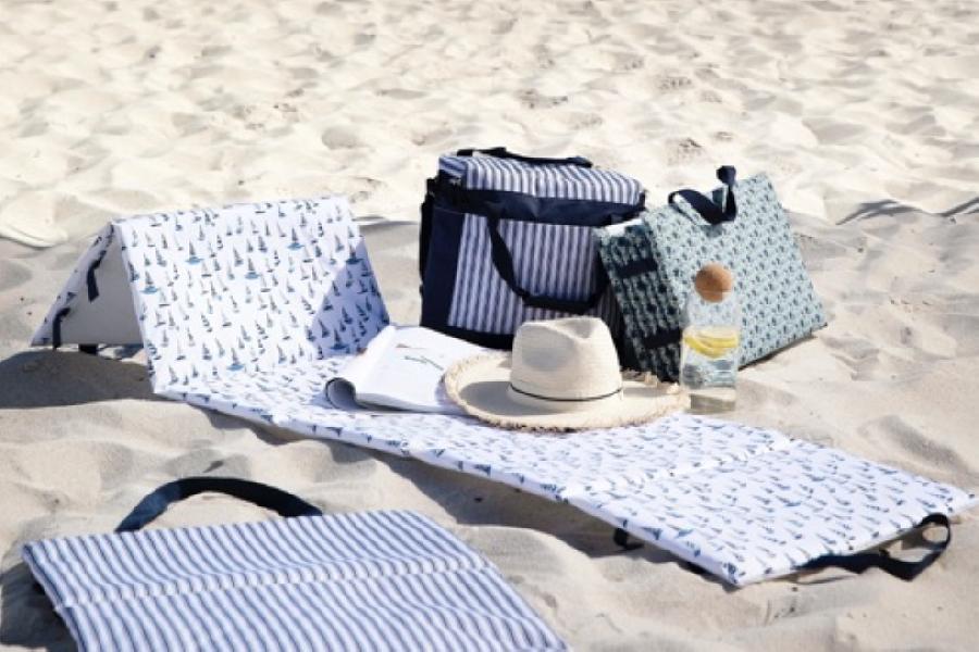 Strandmadrasser liggende på sand