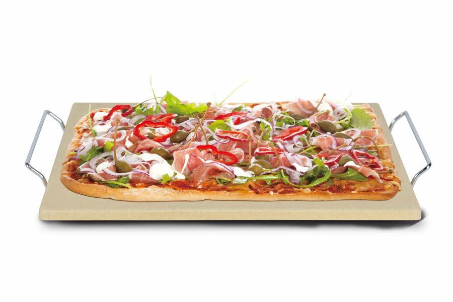 Pizza ligger på et steinbrett