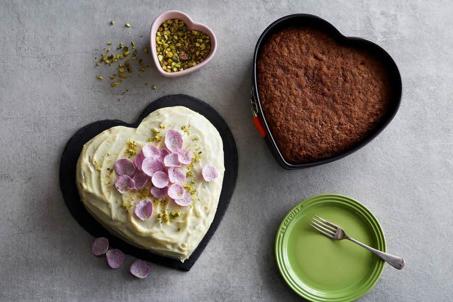 Hjerteformede former med kake i