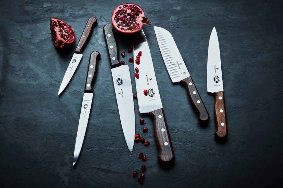 Kniver ligger på et bord
