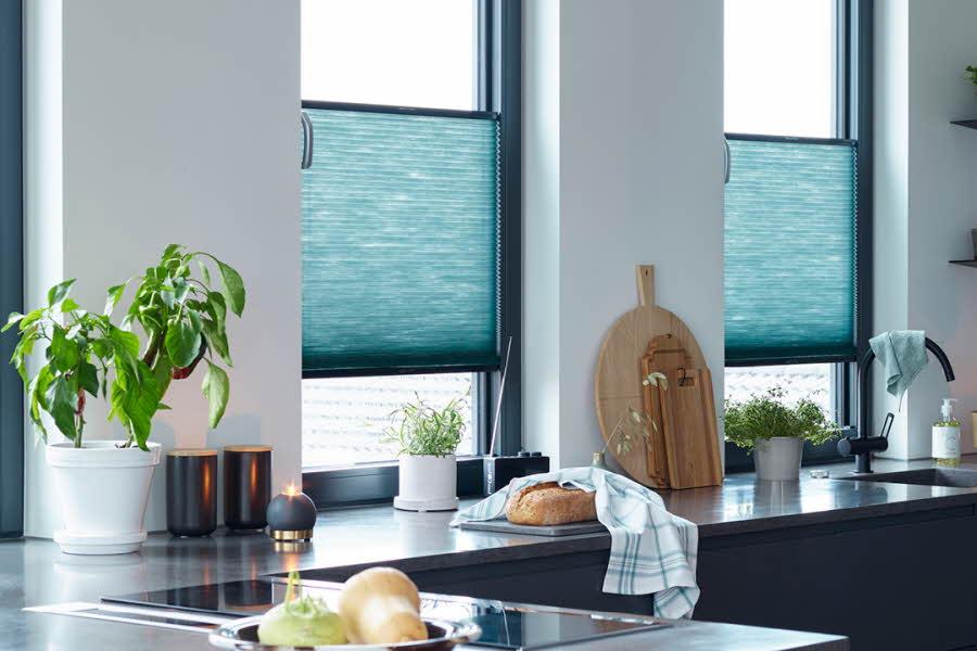 Kjøkken med solskjerming foran vinduer