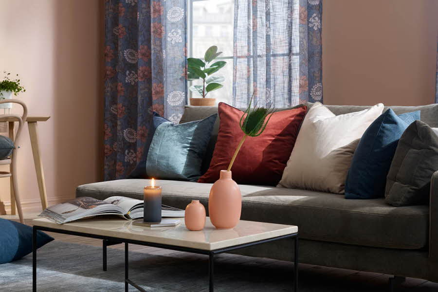 Møblert stue med sofa, bord og puter