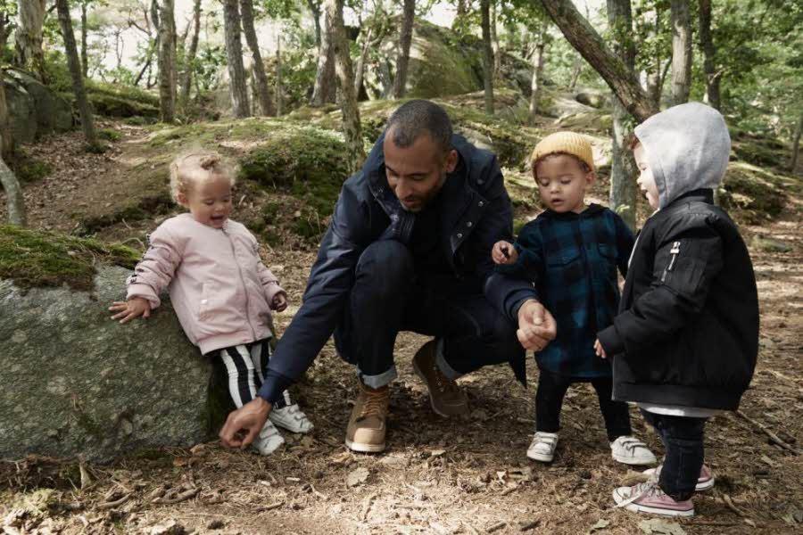 Bilde av far med barn ute i skogen
