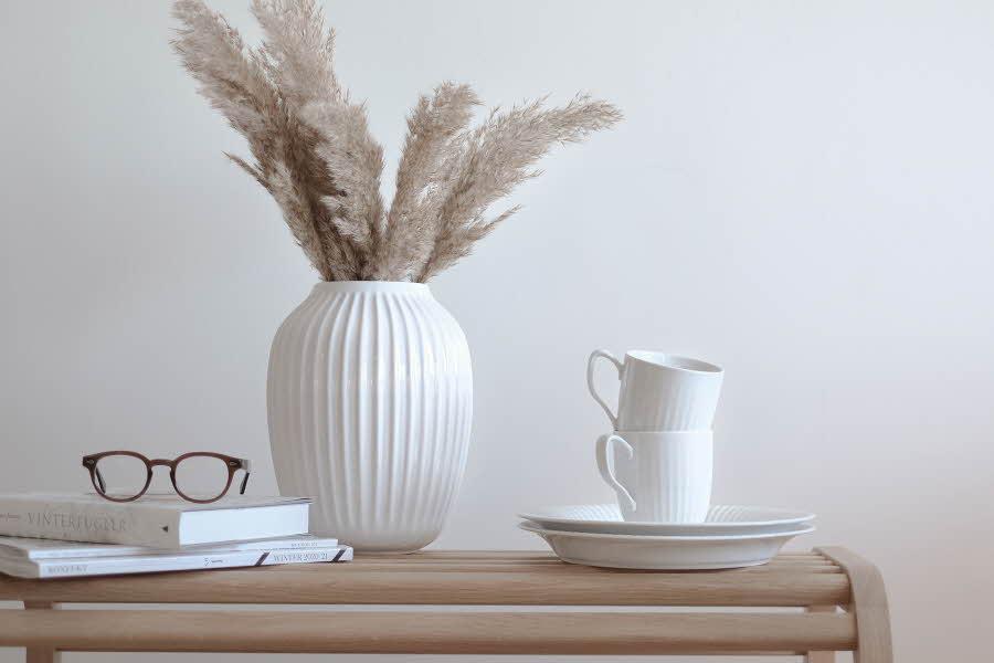 Vase og kopper på et lite bord