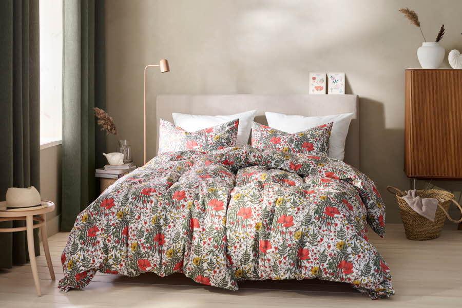 Mønstret dyne i en seng på soverom
