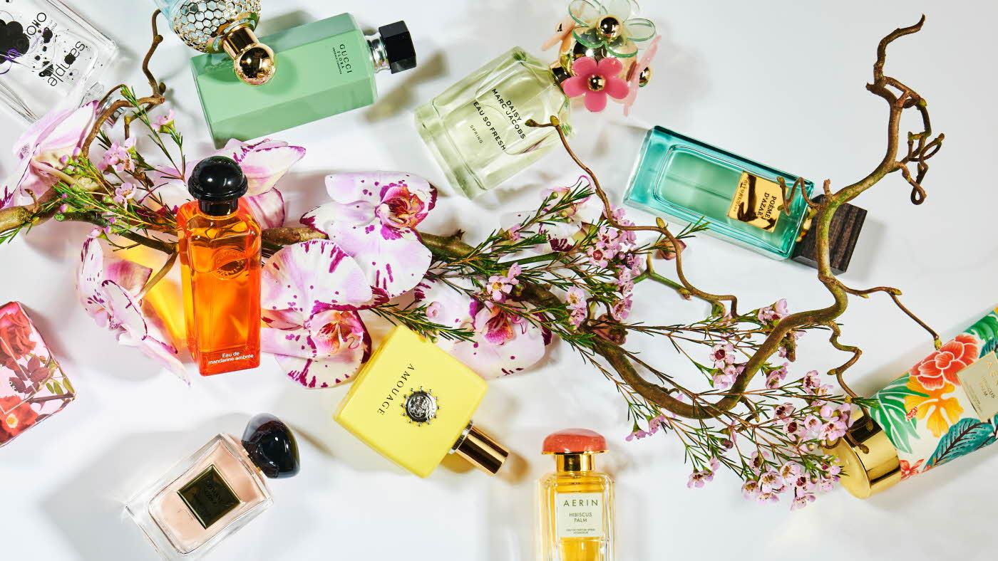 Vårens dufter og blomster på et bord
