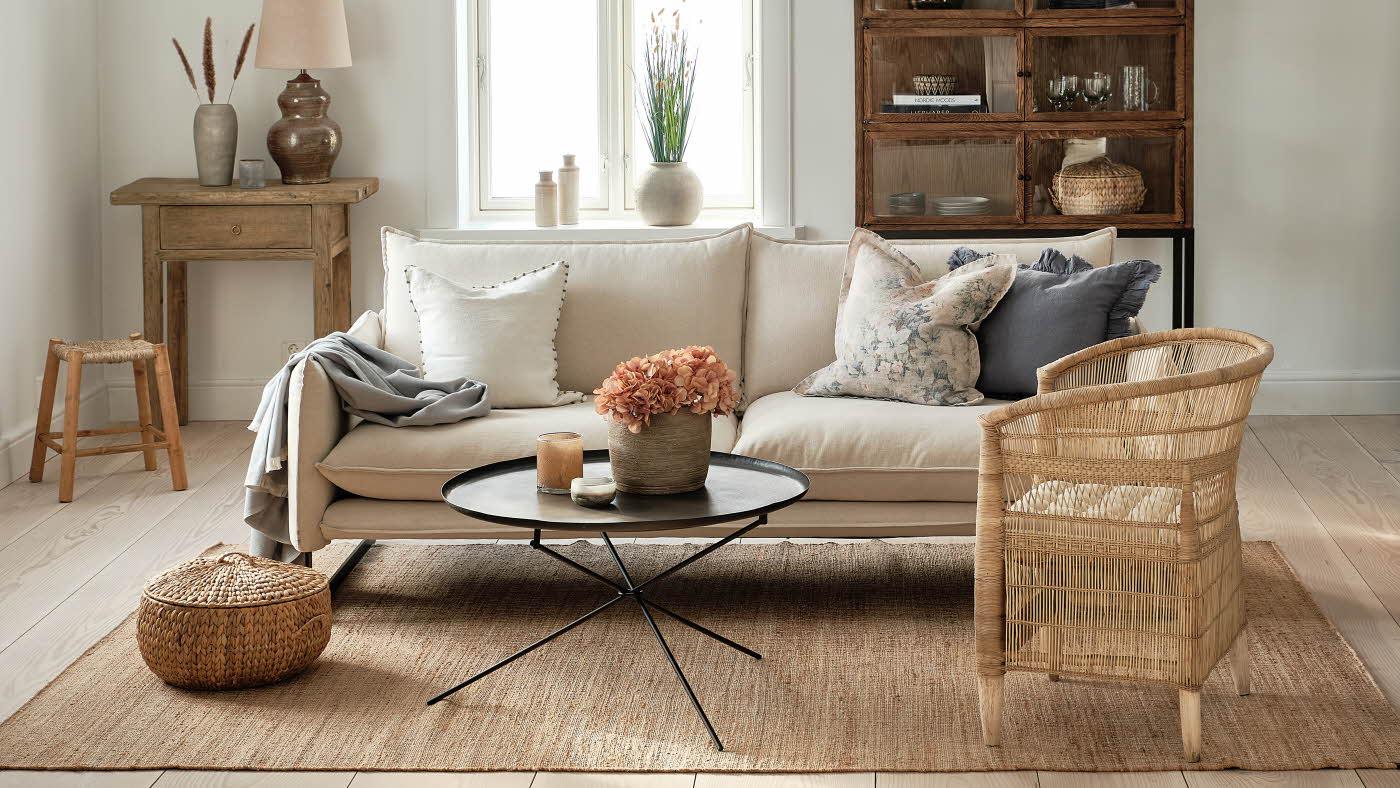 Stue med lyst og vårlig interiør