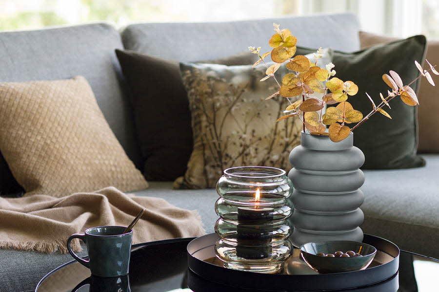 Potte og vase på et stuebord