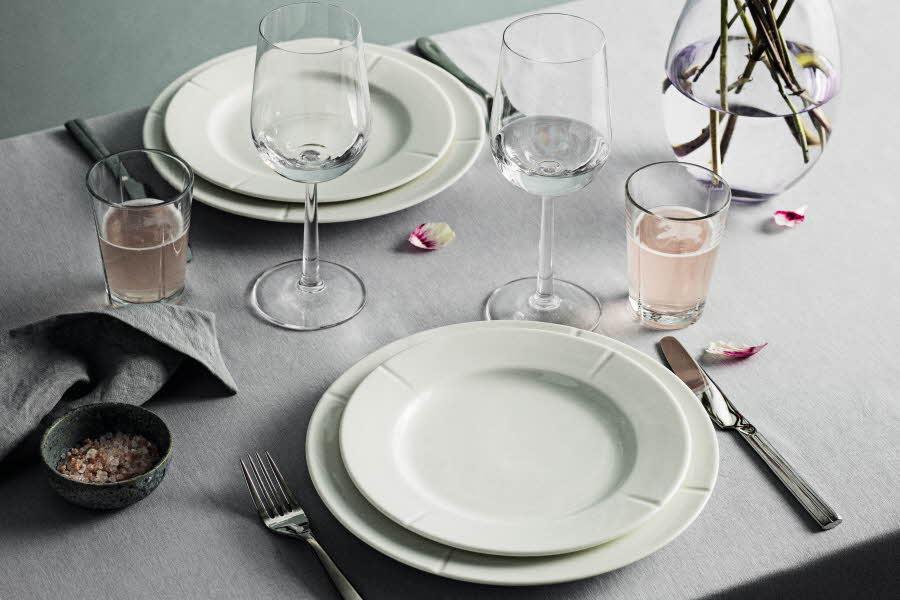Fat og glass fra Rosendahl dekket på bord
