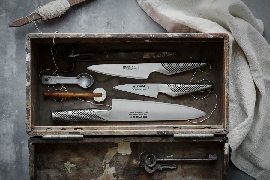 Ulike kniver ligger i en kiste
