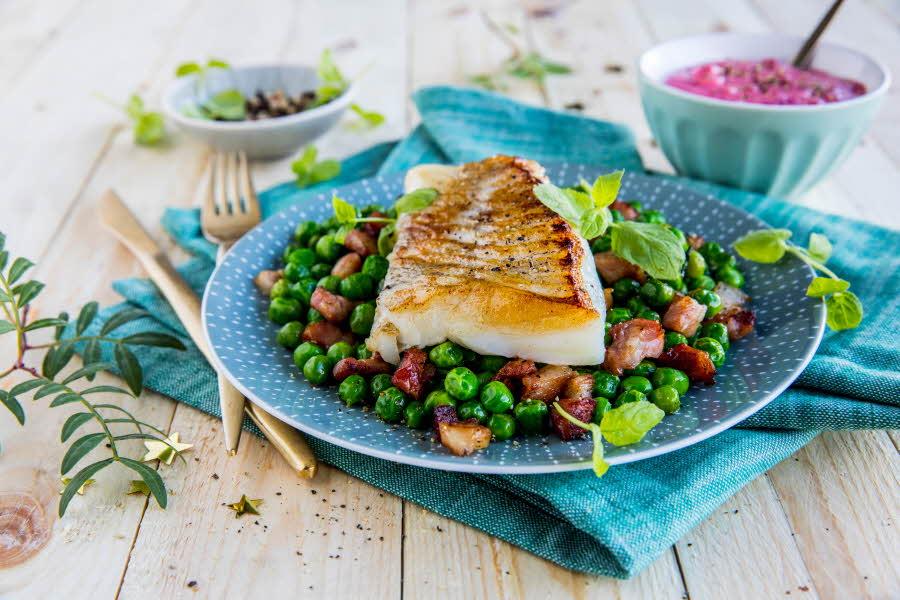 Stek fisk ligger på en tallerken