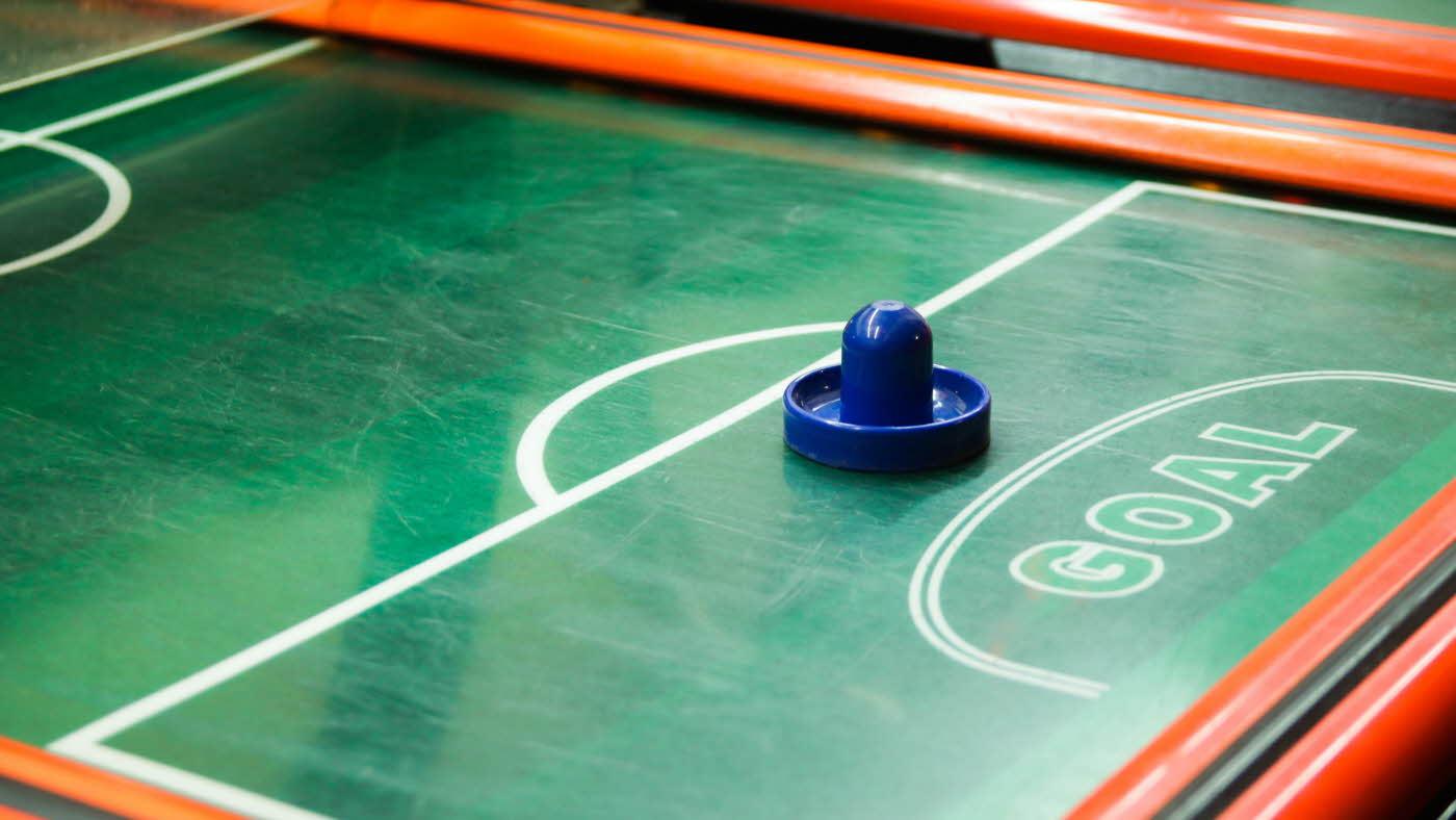 Air hockey bord i grønt og rødt