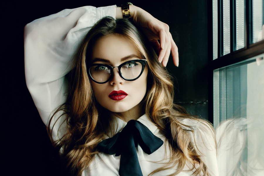 Bilde av dame med briller