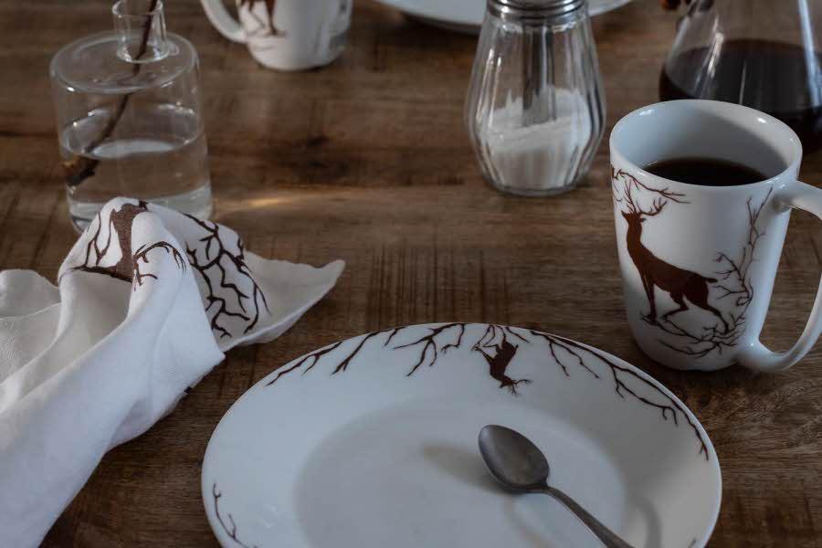 Hvite kopper og servise på bord