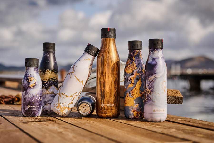 Flasker fra Bottleup på en benk ute