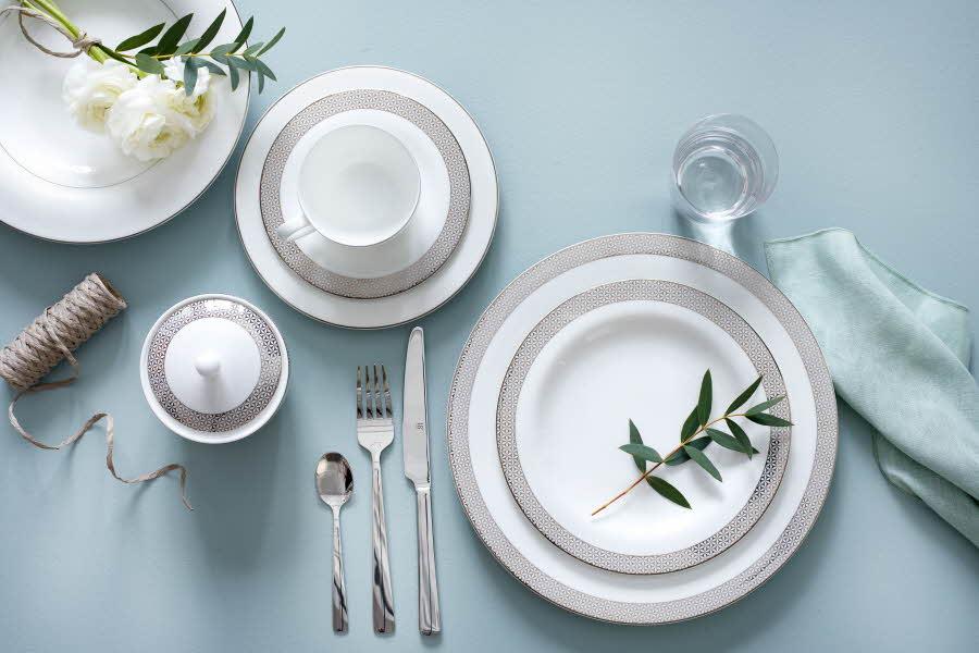 Royal porcelain fat er dekt på bordet